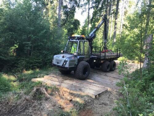 Grävmaskinsmattor i skog